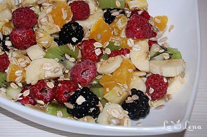 Salata de fructe cu seminte si cereale