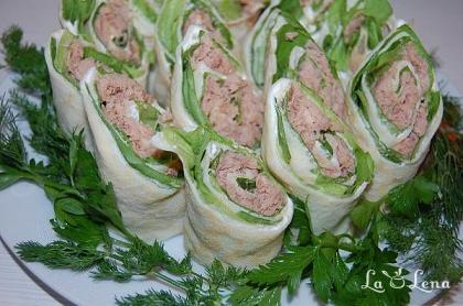 Rulouri de clatite cu ton si salata verde