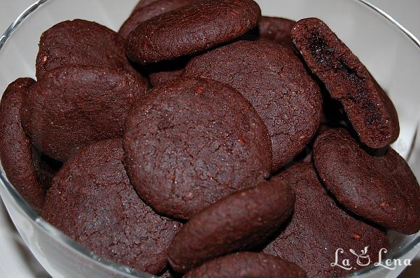 Biscuiti cu ciocolata si dulceata de zmeura(de post)