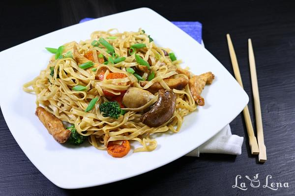 Noodles chinezesti cu pui si legume