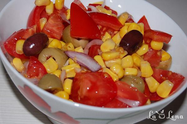 Salata de rosii cu porumb si masline