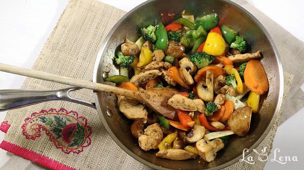 Stir-fry de pui cu legume - Reteta VIDEO