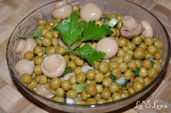 Salata cu mazare si ciuperci marinate