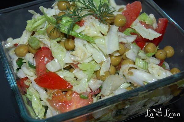 Salata cu varza, mazare si rosii